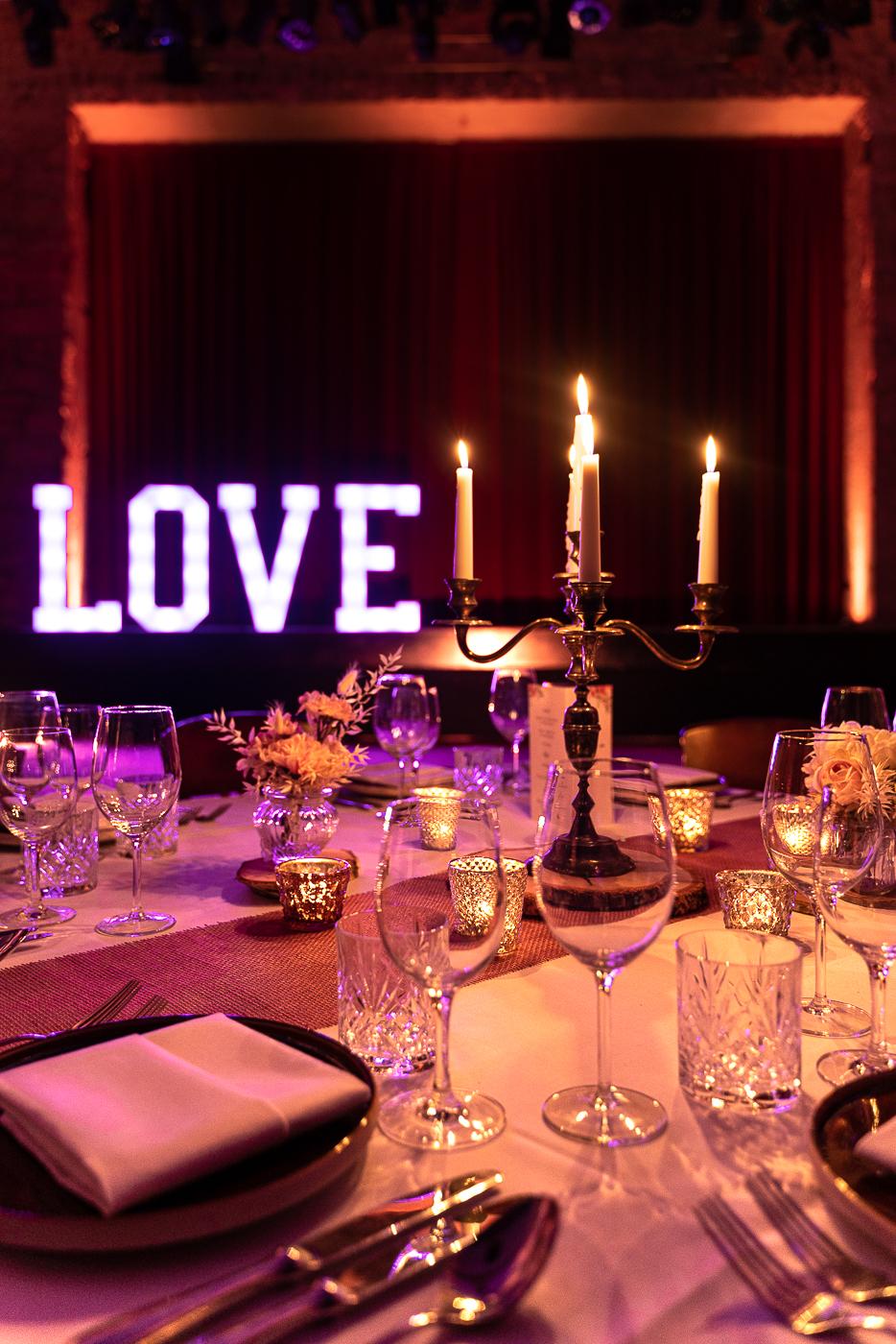 Ambiente Beleuchtung und  XXL LOVE Buchstaben für eine Hochzeit im Gutshof Rethmar
